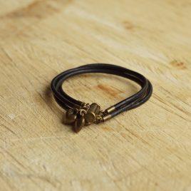 Armband met koperkleurige bedeltjes