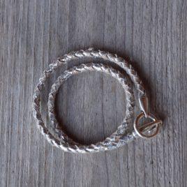 Zilverkleurige leren armband