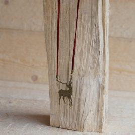ketting van rood suede koord met koperkleurig hert