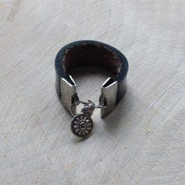 zwart leren ring met bedeltje