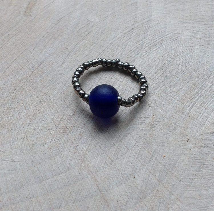 ring met blauwe glaskraal