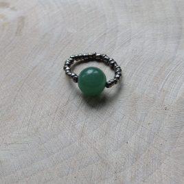 ring met zilverkleurige en matgroene glaskraal