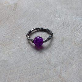 ring van zilverkleurige kraaltjes en paarse glaskraal