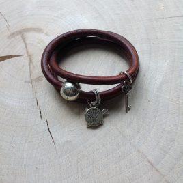 bruine armband van rond leren koord met bedels