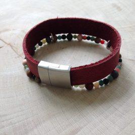 rood leren armband met gekleurde kraaltjes