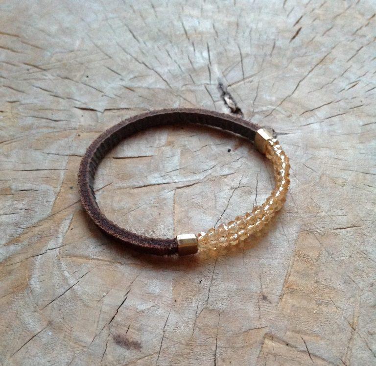 semms armband bruin leer goudkleurig glaskraaltjes