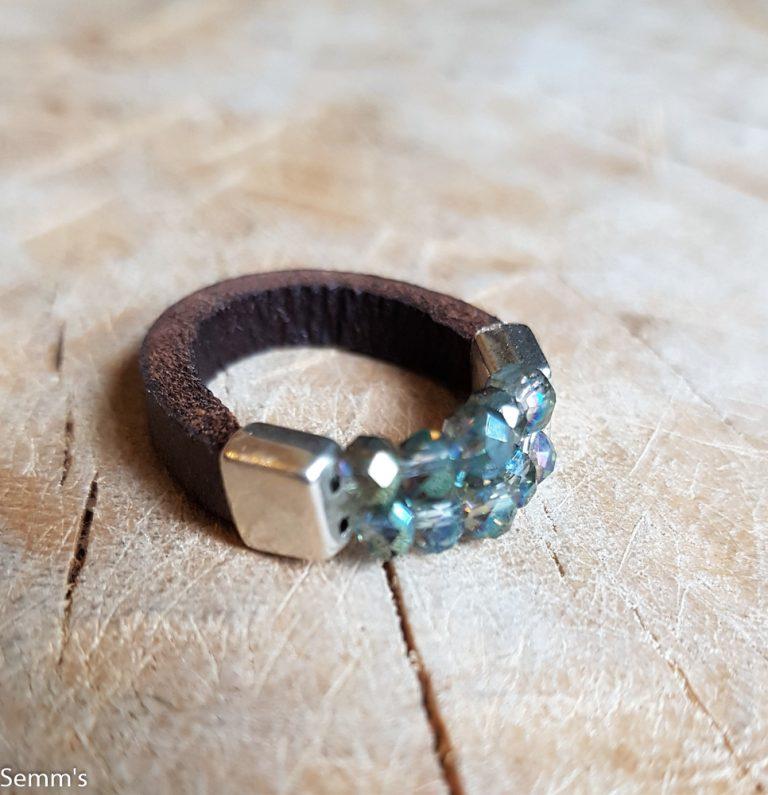 Semms leren ring met blauwe kraaltjes