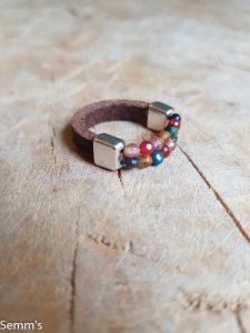 Semms ring gekleurde kralen met leer