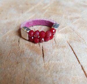 Semms roze leren ring met roze rode kraaltjes