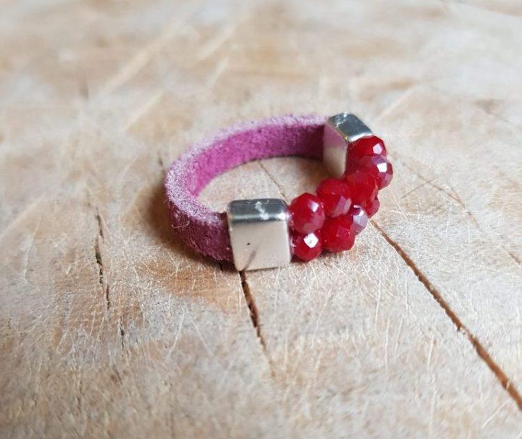 Semms roze rode leren ring met kraaltjes