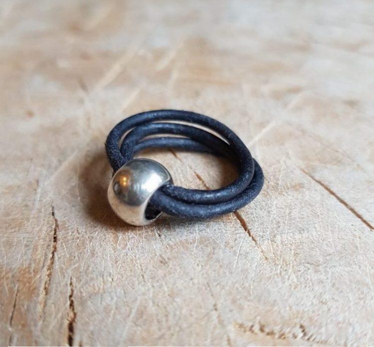 Semms zwart leren ring met zilverkleurige bedel