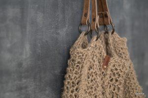 gebreide tas van jute met leren hengsel