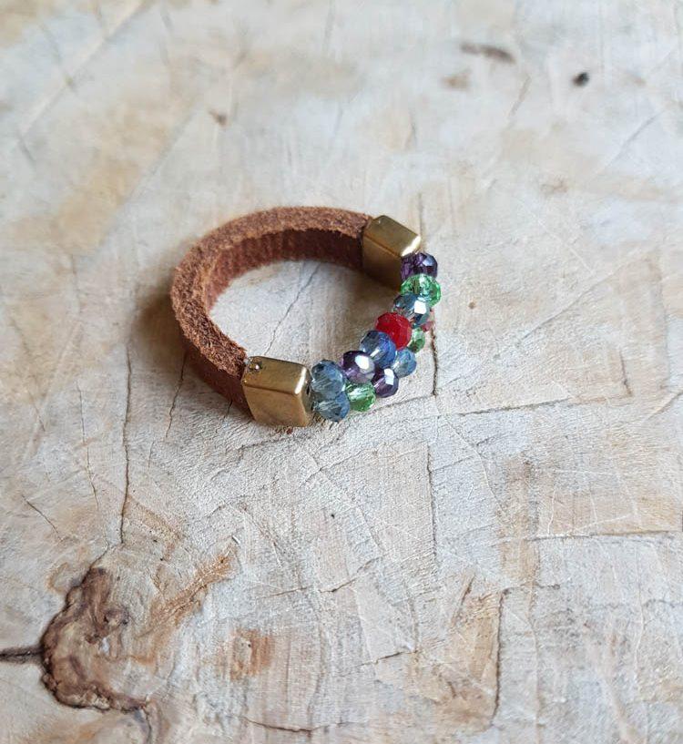 semms leren ring met gekleurde kraaltjes