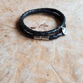 Zwart gevlochten armbandje