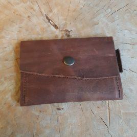 bruin leren portemonneetje met tekst Zwolle