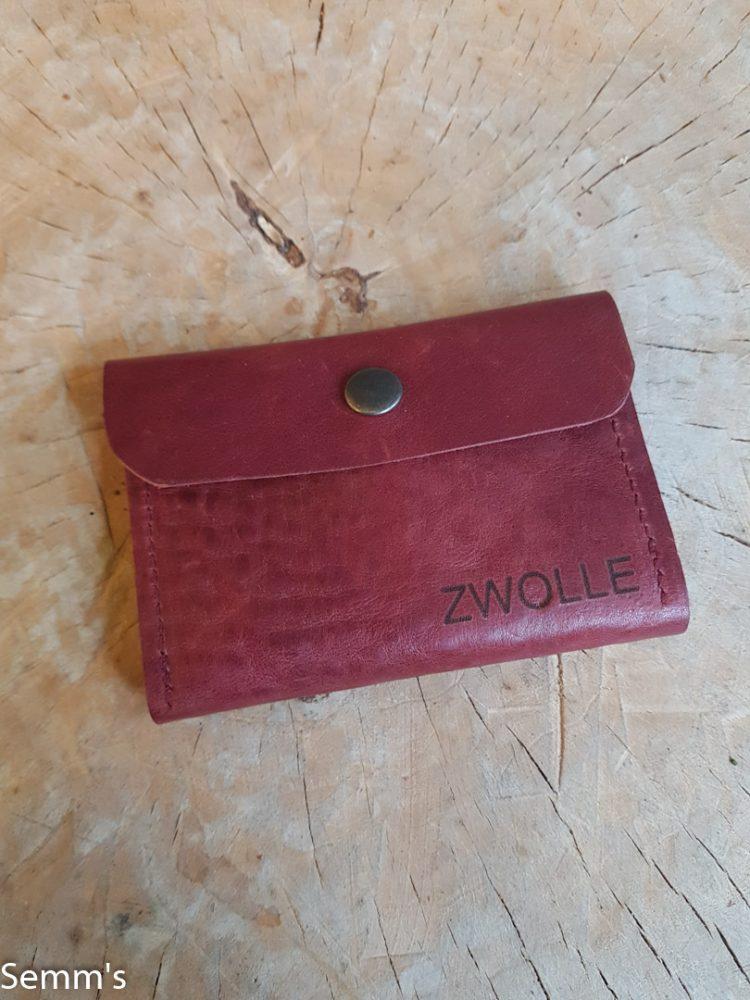 rood leren portemonneetje met tekst zwolle