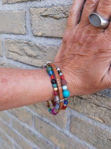 armband van kralenmix en leren bandje