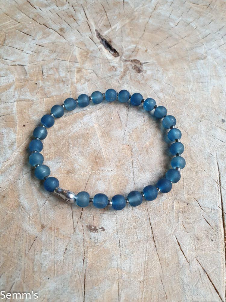 blauw kralenarmbandje met een baboesjka