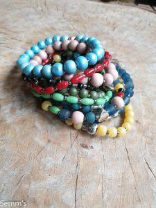 kralenarmbandjes in verschillende kleuren