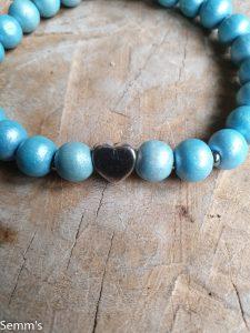 lichtblauw kralenarmbandje met hartje